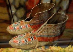 Huron_moccasins_with_quillwork_and_moose_hair_1780-1830_-_Bata_Shoe_Museum_-_DSC00647