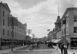 A view down Main Street from Fort Street from about 1905 shows the Chippewa Hotel (1902) on the front left and the Murray Hotel (1882) on the far right.